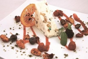 Cassata alla frutta secca di bosco in salsa di lamponi