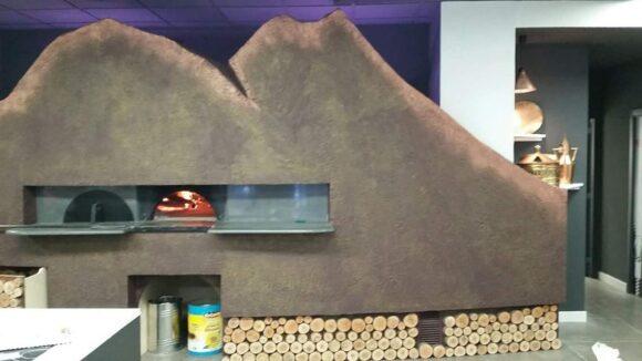 """Un forno a forma di Vesuvio pronto ad eruttare pizze…""""E Basta"""" ?"""