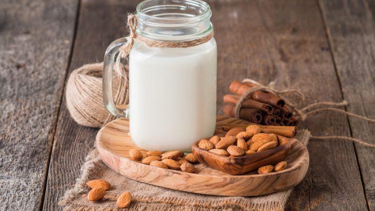 Latte di mandorla, una bevanda vegetale nutriente e versatile