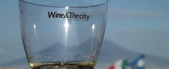 Wine&Thecity e City Sightseeing brindano al sole di Napoli