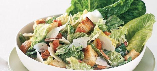 Insalata di lattuga con pollo grigliato e parmigiano, ricetta fresca e leggera