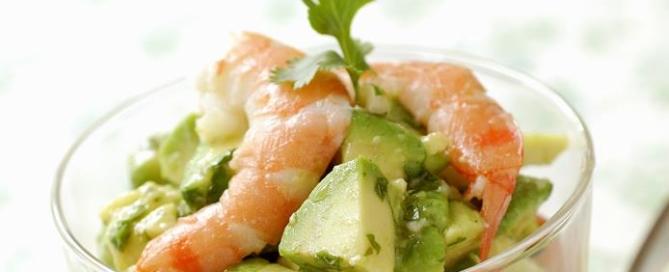 Insalata di spinacini con gamberi finocchio e avocado, stuzzicante e ricca di proteine