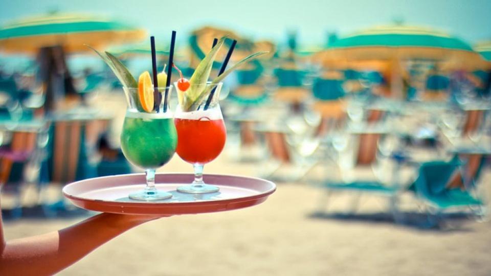 A Lignano l'estate è smart: il drink lo ordini dall'ombrellone con l'app!