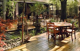 Shambala accoglie i clienti nel suo incantevole giardino