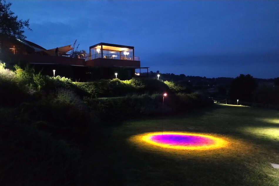 Alla Tenuta Buonamico la lampada Halo risveglia il legame con la natura